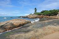 A Praia de Calhetas e as suas lindas pedras
