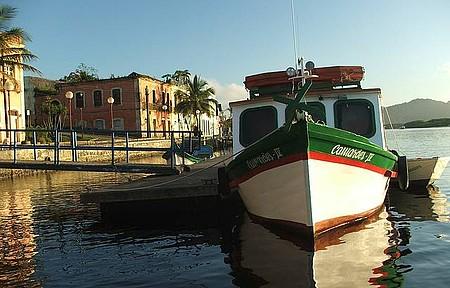 Ilha de Surperagui - Barco de linha em Paranaguá