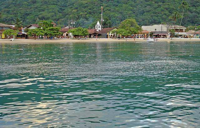 A charmosa Vila vista do mar.