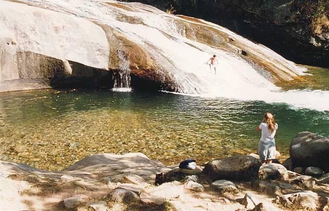 Apesar das águas geladas, frequentadores não dispensam a aventura