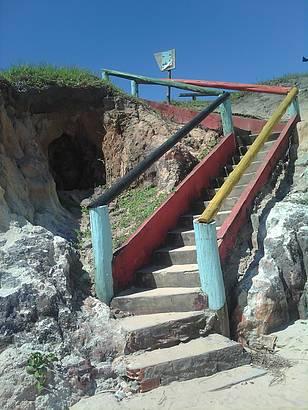 Escada colorida, que dá acesso a uma pousada/restaurante.
