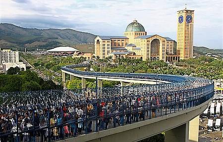 Milhares de romeiros visitam os templos no dia da padroeira
