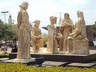 Esculturas da Praça da Igreja e mais ao fundo Monumento ao Padroeiro