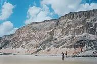 Falesias emolduram as belas praias de Natal.