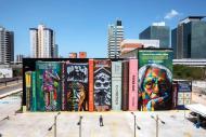 Grafite retrata uma estande repleta de livros