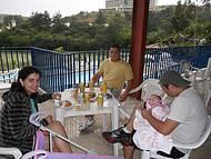 Amigos Gabi, Diogo e a pequena Vitória com 2 meses