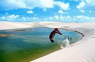 Crian�as fazem a festa nas dunas, que terminam nas �guas cristalinas das lagoas