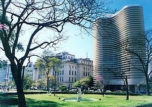 Praça da Liberdade: arquitetura eclética contorna belos jardins -