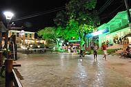 Praça é repleta de restaurantes e comércio