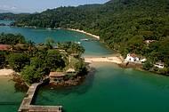 Igrejinha e águas transparentes na Ilha da Piedade