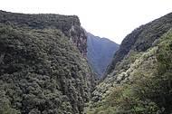 Canyons podem ser vistos durante a descida do trem que segue para Morretes