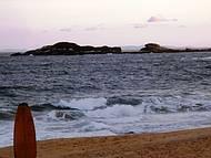 Alguns trechos são propícios à prática de surfe e mergulho.