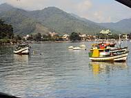 Barcos de pescadores na praia do Itaguá.