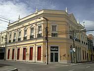 Há poucos exemplos de arquitetura preservada na cidade.