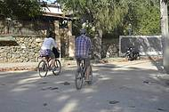 Turistas alugam bicicletas para explorar a ilha