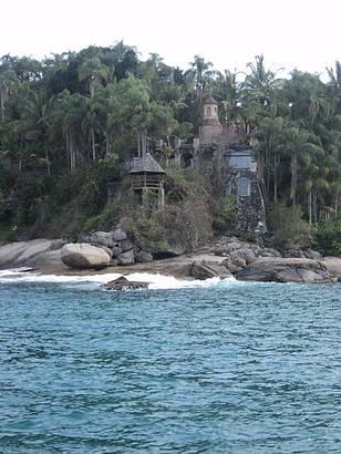 Antiga constru��o em uma ilha visualizada durante o passeio de escuna