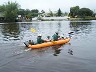 Adeptos da canoagem curtem as águas calmas do rio Una