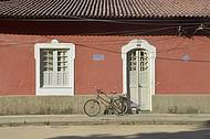 Cenário clássico: casario colonial e bicicleta