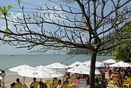 Mesmo em baixa estação, a praia de Laranjeiras fica lotada de turistas