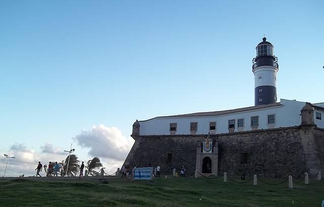O farol foi construído no interior do Forte de Santo Antônio da Barra...