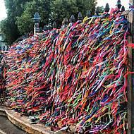 Milhares de fitinhas colorem grade e dão boas vindas
