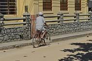 Moradores usam bikes para circular pela ilha