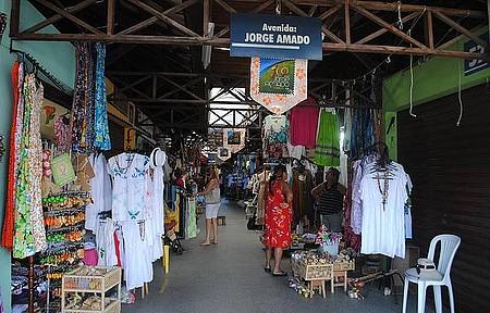 Mercado de Artesanato de Ilhéus - Peças coloridas tomam conta do espaço
