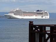 A ilha e ponto de escala de centenas de navios