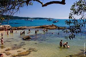 Águas Cristalinas: Piscinas naturais atraem turistas de todas as idades -