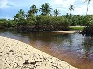Esse rio se encontra com o mar, é maravilho!