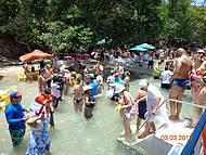 Turistas de divertem em banho de argila