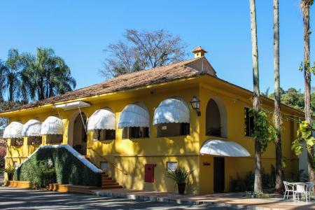 Clube os 500 - No Hotel Clube dos 500, café é servido na charmosa Casa Amarela