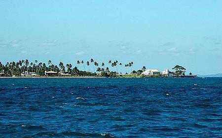 Praia da Penha - Cenário é emoldurado por coqueirais e mansões