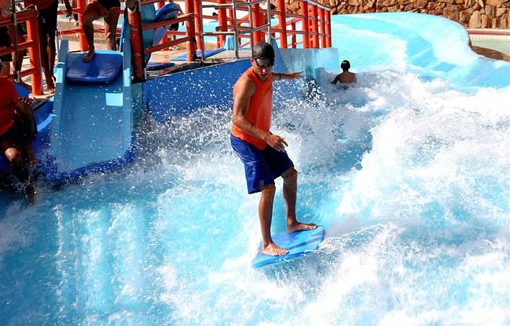 Piscina de surf  é uma das atrações mais radicais