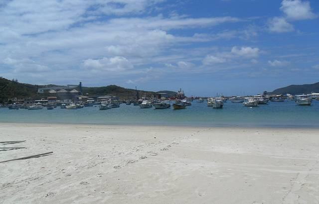 Onde ficam os barcos que fazem os passeios até a Ilha do Farol e a gruta azul.