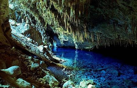 Incidência de luz confere tons azulados às águas cristalinas