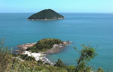 Praia das Calhetas - Pequenina, tem pouco movimento em função do acesso por trilha