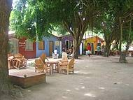 Restaurantes e lojas nas sombras das árvores! Colorido lindo de se ver!