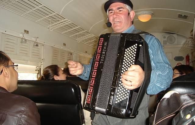 Música dentro do trem.