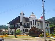 A Prefeitura ainda ornamentada com a decoração natalina