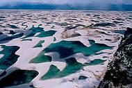 Apreciadas de cima, dunas e lagoas formam um mosaico �nico