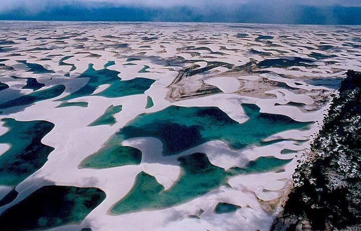 Apreciadas de cima, dunas e lagoas formam um mosaico único