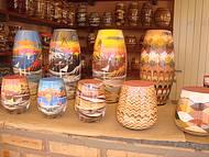 Artesanatos de Beberibe, com peças montadas com as areias das falésias.