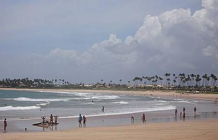 Itacimirim - Praia que dá nome à vila é extensa salpicada de coqueiros
