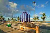 �rea verde, cal�ad�o e monumentos contornam toda a praia