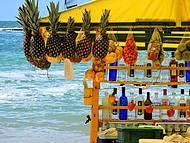 O colorido das barracas de fruta na praia do Francês