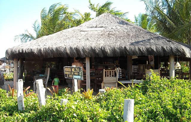 Restaurante visto da areia da praia