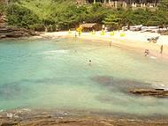 Vista das rochas que cercam a praia.