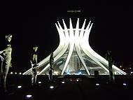 Vista noturna da Catedral de Brasília e os Apóstolos