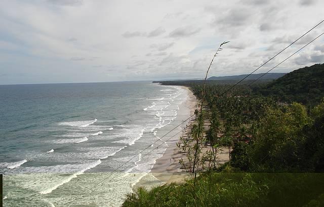 Uma bela vista de uma linda praia
